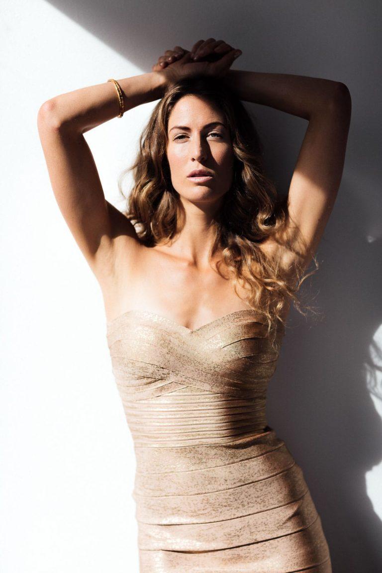 Fashionshooting-Frau-mit-goldenem-Kleid-in-der-Sonne