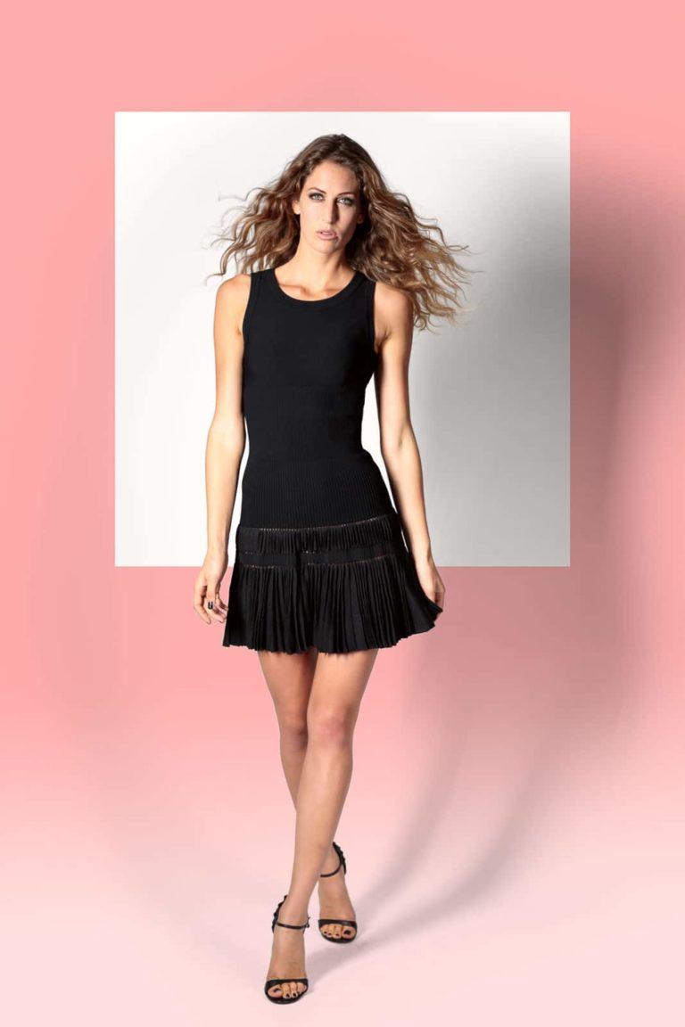 Fashionshooting-Frau-mit-schwarzem-Kleid-laufend