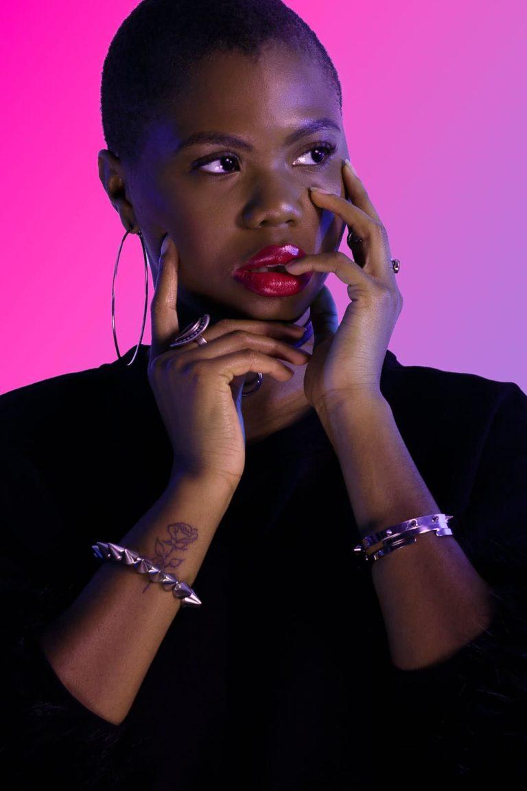 Fashionshooting-Frau-mit-schwarzem-Oberteil-pink-Hintergrund-Closeup