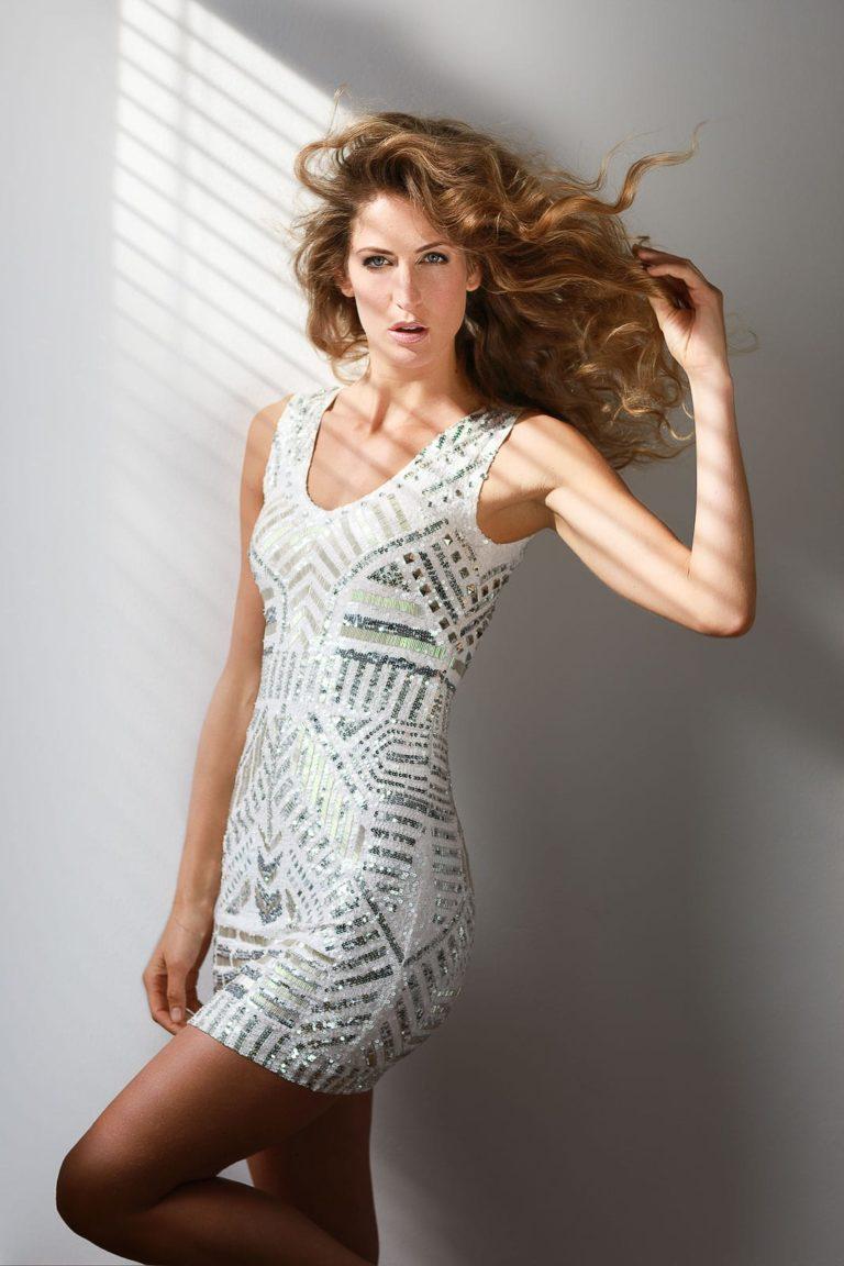 Fashionshooting-Frau-mit-weißem-Kleid-mit-Gold