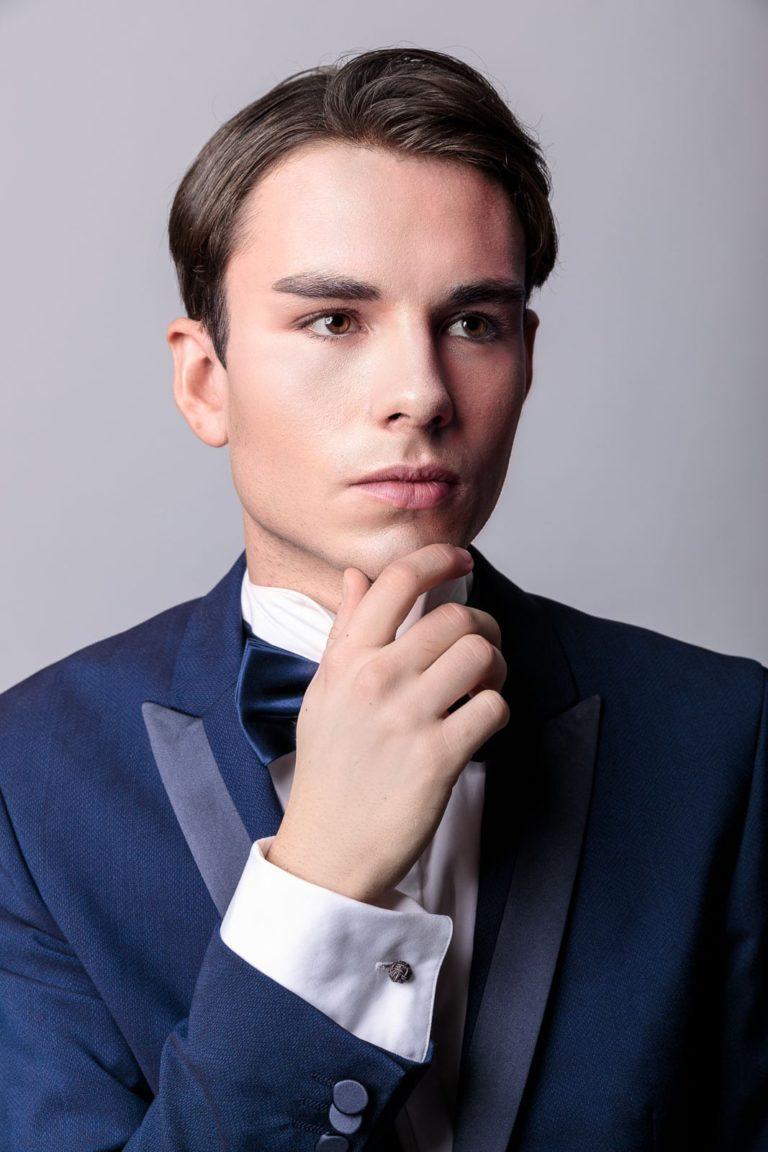 Mann-mit-Fliege-und-Smoking-ernster-Blick-Sedcard-Model-Fashion