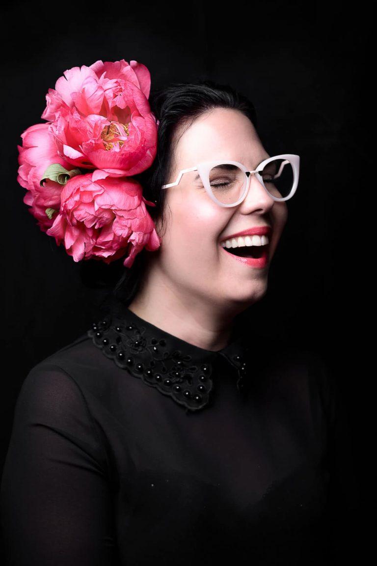 Portraitbild-Frau-schwarz-mit-blumen-im-haar