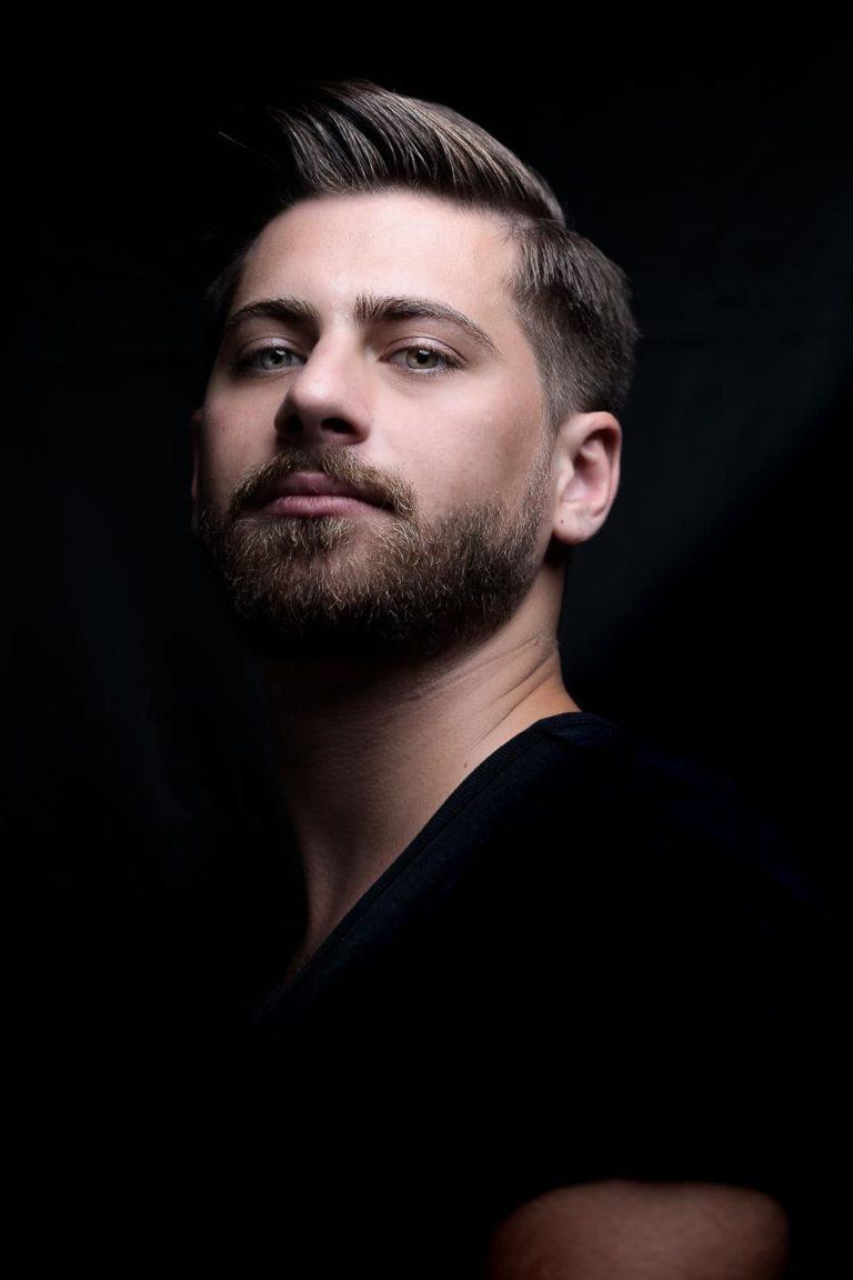 Portraitbild-Mann-schwarz-blick-nach-unten