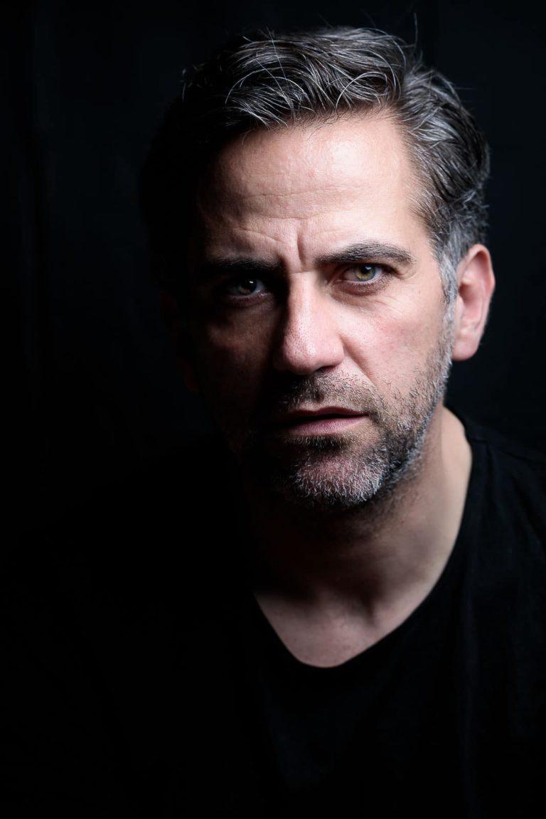 Portraitbild-Mann-schwarz-graue-Schläfen