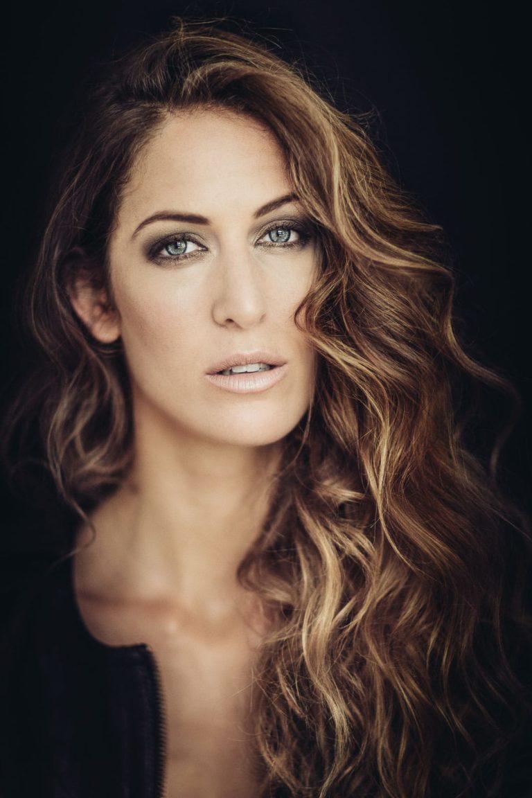Sedcard-Frau-ernster-Ausdruck-mit-langen-Haaren-Model-Fashion